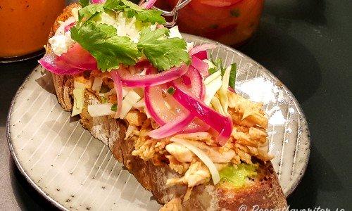 Mexikansk picklad rödlök på kycklingsandwich