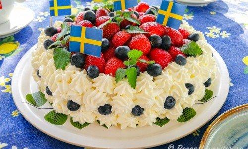 Midsommartårta med grädde och jordgubbar, blåbär samt citronmeliss.