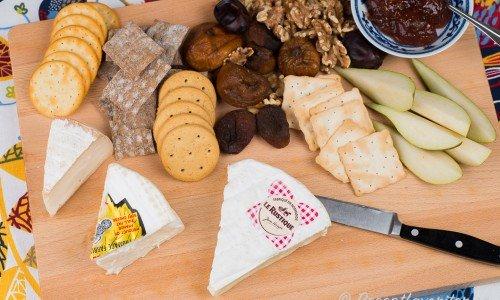 Förslag på en ostbricka med mildare ostar som Camembert, Brillat-Savarin och Brie. Gott med vitt vin.