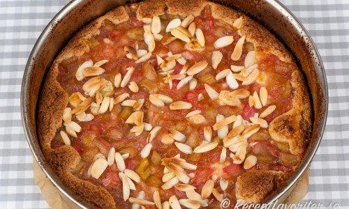 En variant på sockerkaka toppad med strimlad rabarber och mandel.