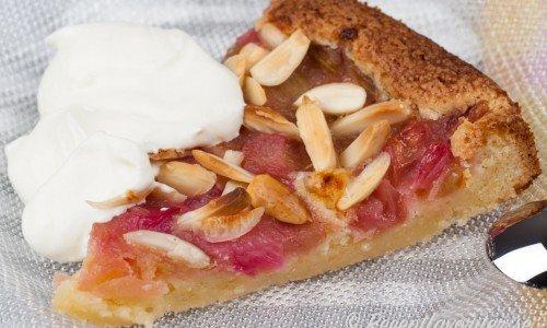 Rabarberkakan är god med vispad grädde till fika eller dessert.