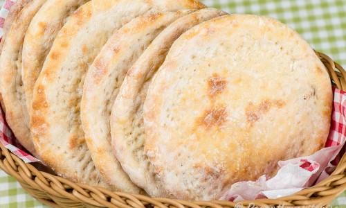 Mjuka tunnbröd serverade i brödkorg