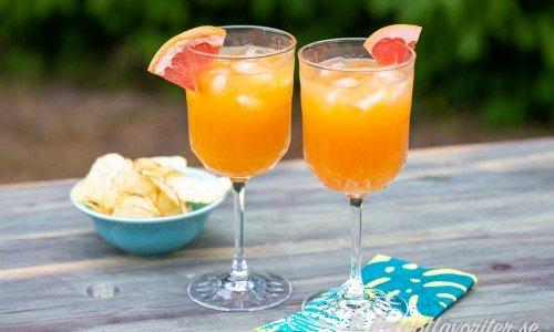 Två mocktails med grape- passionsfruktjuice och lime i glas