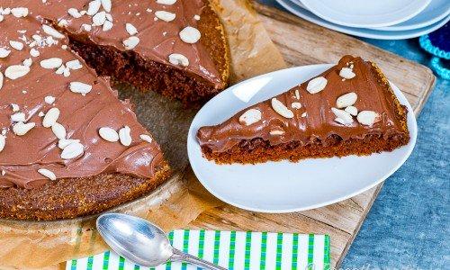 Morotskaka med chokladfrosting på tallrik
