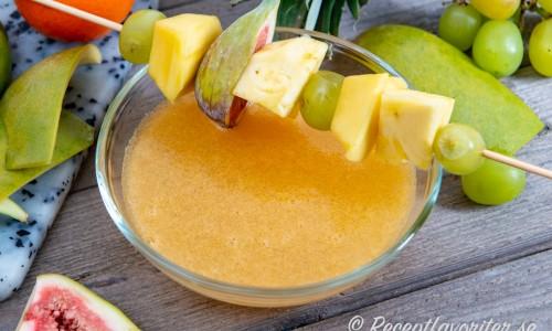 Mousserande clementinsoppa med fruktspett