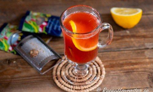 Tranbärsjuicen smaksätts med riven muskot, kanel, nejlikor, honung och citron.