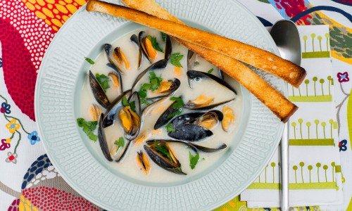 Musselsoppa Clam Chowder i tallrik med brödkrutonger