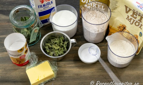 Ingredienser till nässelscones: smör, bakpulver, torkade nässlor, filmjölk, dinkelmjöl, vetemjöl och salt.