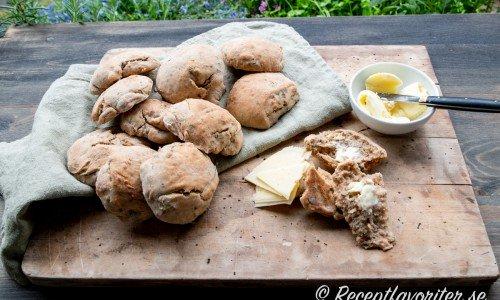 Nässelscones serverade på skärbräda med smör och ost.