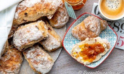 Baka nattjästa frasiga frallor till frukost och brunch serverade med smör och marmelad