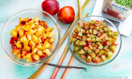 Ingredienser till marmeladen - nektariner och rabarber samt syltsocker.