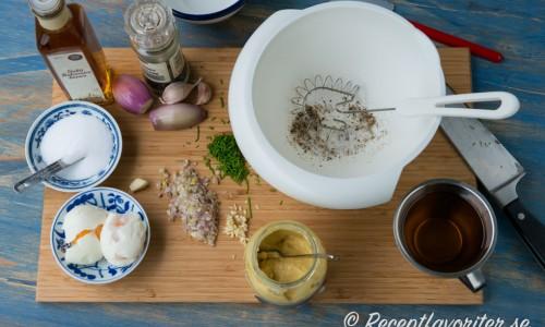 Ingredienserna till Nobissås. Äggen koks bara 2 minuter så att äggulorna är lösa - de används sedan att binda ihop såsen med oljan till en majonnäs.