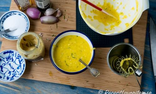 Mosa sönder och vispa ihop äggen med övriga ingredienser med lite olja i början och sedan mer olja lite i taget till en majonnäs-liknande sås.