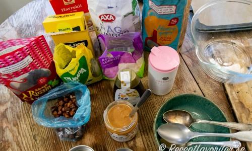 Några ingredienser till nötsmörsbakad müsli