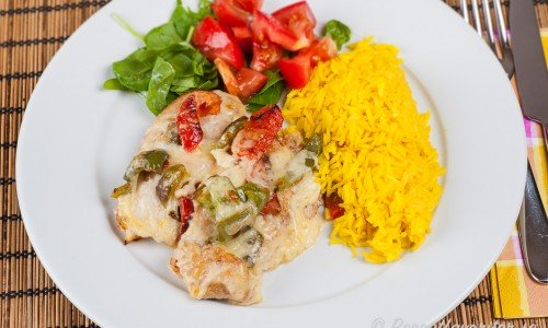 Ostgratinerad kycklingfilé med paprika med basmatiris med gurkmeja och sallad.