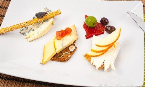 Osttallrik med tre dessertostar och tillbehör