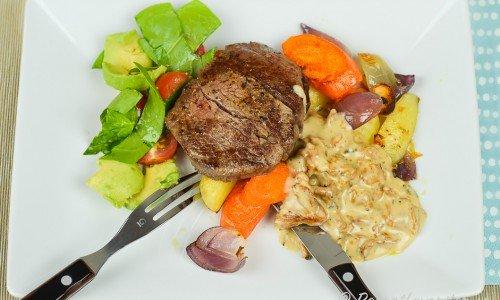 Stekt eller grillad oxfilé med kantarellsås, rostade rotfrukter och grönsallad med tomat och avokado.