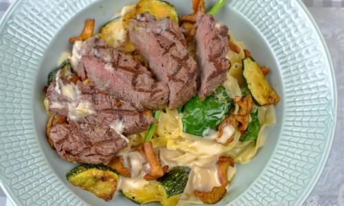 Oxfilé med krämig pasta tagliatelle med frästa kantareller och zucchini samt lite grön spenat.