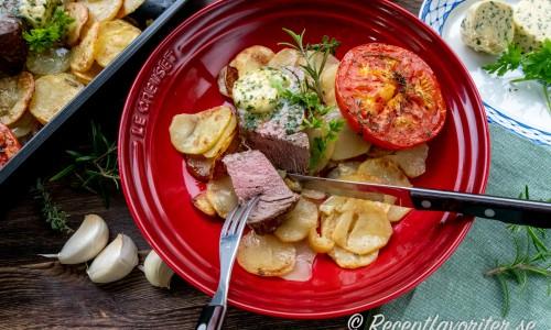 Oxfilén stekt medium till well toppad med vitlökssmör och serverad med potatisen och tomathalva.