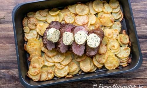 Klassiskt är att helsteka oxfilén som sedan skivas och läggs på potatis med smör på toppen.