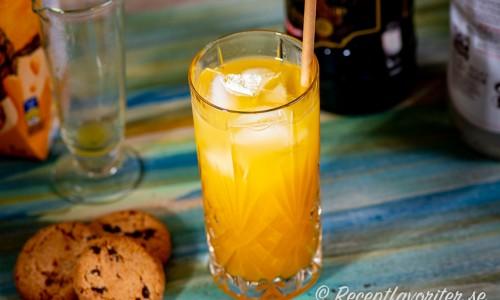Painkiller cocktail - en longdrink med rom, ananas, apelsin och kokoslikör.