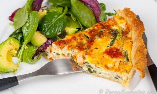 Lax och spenatpajen är god med en sallad till som ex. babyspenat, avokado och tomater.