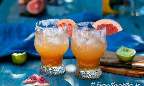 Paloma drink i glas med is och grapefrukt.