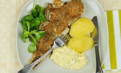 Rödspätta eller plattfisk med remouladsås, kokt potatis och maché-sallad.