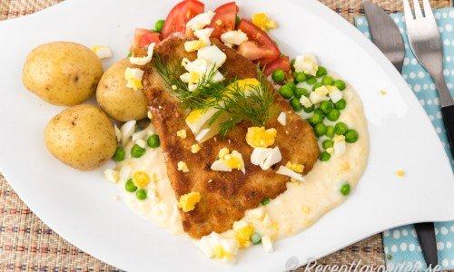 Panerad torsk med äggsås