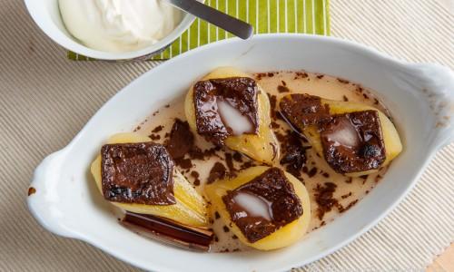 Päron i ugnen toppade med After Eight mintchoklad. Serverade med vispad grädde.