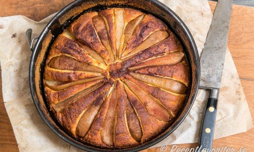Baka kakan i en rund springform med löstagbara kanter.