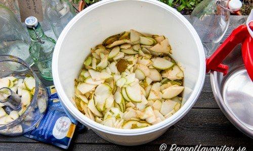 Skär eller riv päronen  i bitar och laka ur smaken i vatten.
