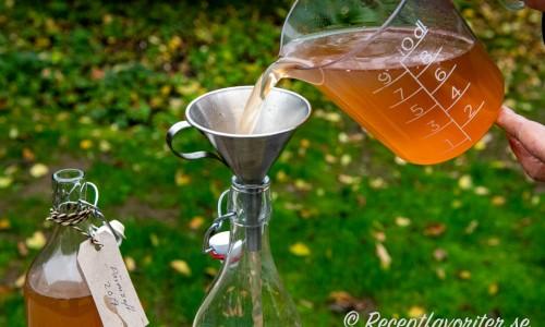 Päronsaften hälls upp på flaska