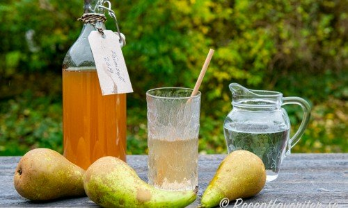 Hemgjord päronsaft du späder med vatten till önskad smak