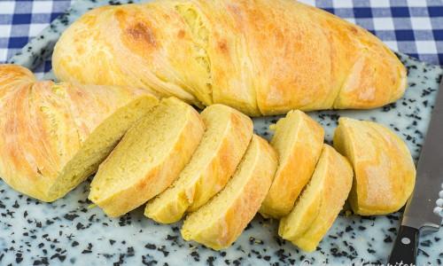 Gult bröd i skivor till påsk och buffé