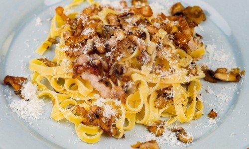 Pasta med fläsk, svamp och parmesan på tallrik