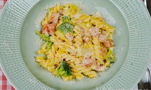 Pasta med kassler och broccoli, purjolök och parmesan i tallrik