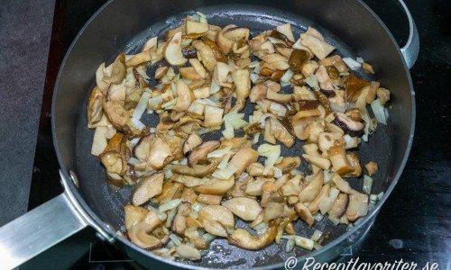 Karljohansvampen steks i olivolja med lök och vitlök.