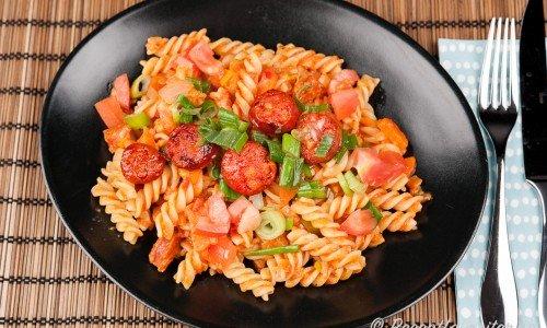 Pasta med stark korv - här med chorizo och pastaskruvar.