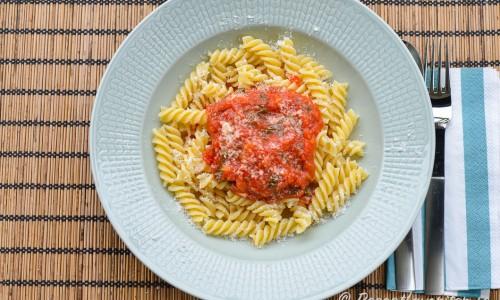 Pasta med tomatsås, basilika och parmesan