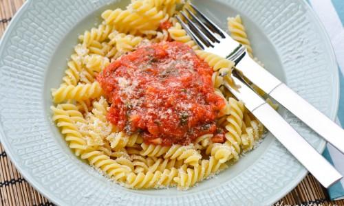 Hemkokt tomatsås passar med all sorts pasta - skruvar, penna, spagetti eller tagliatelle.