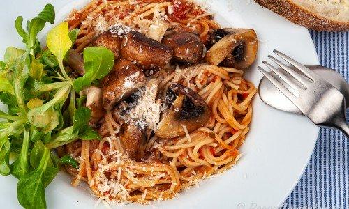 Pasta med tomatsås och svamp på tallrik