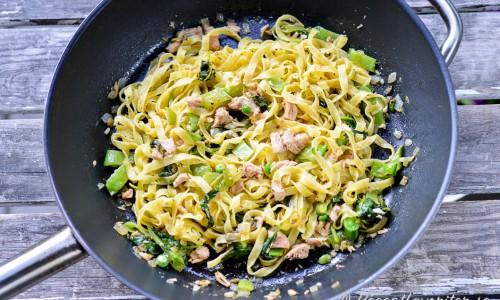 Blanda ihop pastan väl med tonfisken och övriga ingredienser. Smaka av med lite flingsalt.