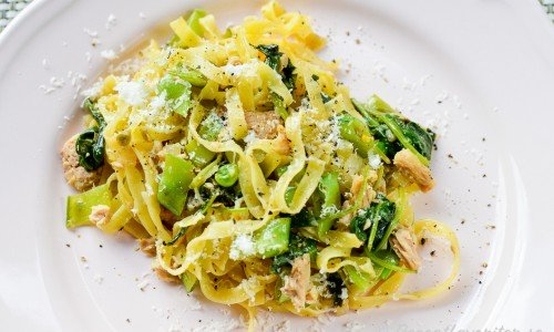 Tagliatelle pasta med tonfisk, kapris, sockerärtor, vitlök, parmesan och babyspenat.