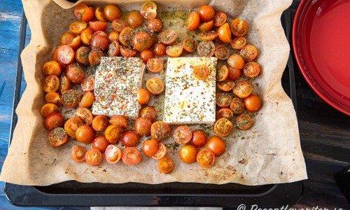 Ingredienser på en bakplåt redo att bakas i ugnen