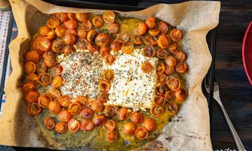 Fetaost och tomater bakade i ugnen redo att blandas med pastan.