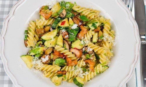 En god pasta - här skruvar med zucchini, svamp som kantareller och champinjoner smaksatt med färsk chili och riven parmesan.