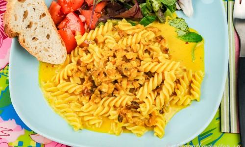 Vegetarisk pastasås med sojafärs och curry