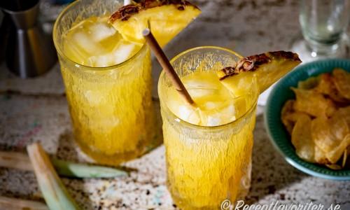 Patron Pineapple longdrink i glas med ananas och sugrör