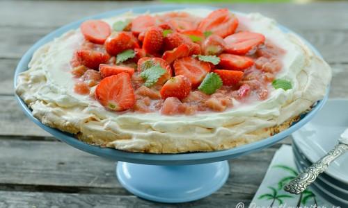 Pavlovatårta med jordgubbar och rabarber. Gott med söt maräng, syrlig rabarber och färska jordgubbar.